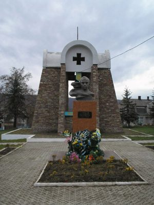 Памятник_Степану_Бандери_в_Залищиках