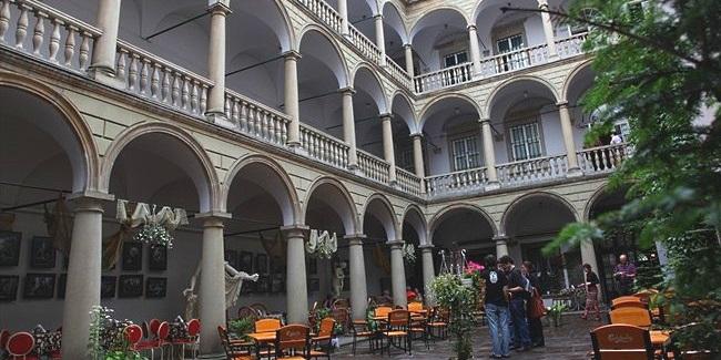 Итальянский дворик Італійський дворик у Львові