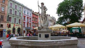 Фонтан Нептуна на площади Рынок екскурсії львів
