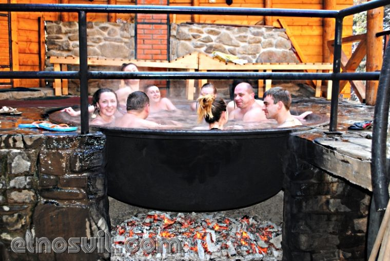 Відпочиньте в традиційній карпатській гідромасажній ванні